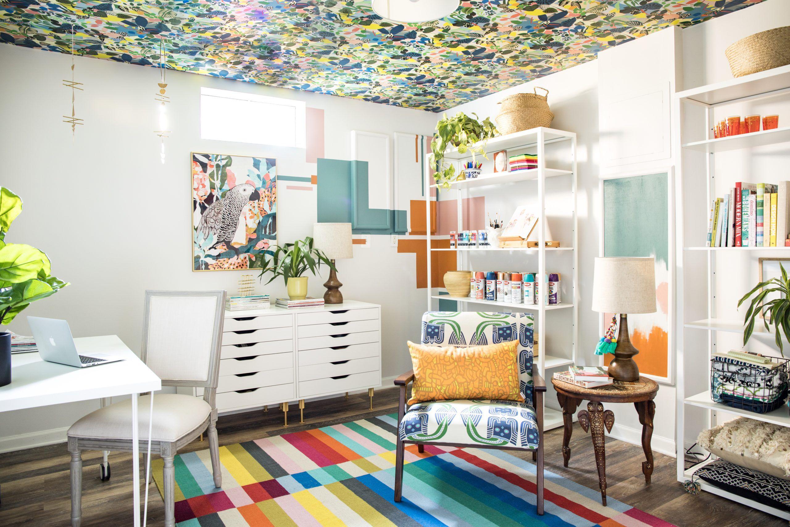 Hockney wallpaper •Casa watkins Living • Wallpaper on the ceiling
